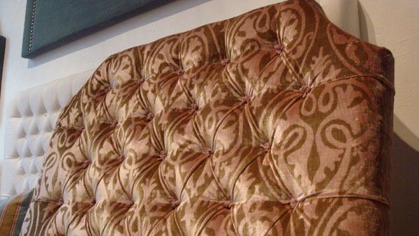 Djuphäftad mönstrad sänggavel med skurna hörn